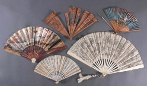 Fünf Fächer 18./19. Jahrhundert, Frankreich/AsienBein/Holz/Textil/Papier, ornamental durchbrochene