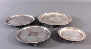 Vier Salver, EnglandVersilbert, einmal gemarkt Mappin & Webb, um 1900. Auf 3 bzw. 4 kleinen Füßen,