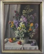 Wilhelm Hanemann (1880 - 1962), Frühlingsstrauß in einem Fayencekrug auf einem Tisch mit ÄpfelnÖl
