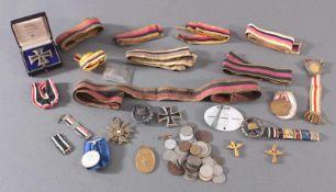 Konvolut Orden, Abzeichen und Münzen aus der Zeit des 1. WeltkriegesEK 1 an Nadel,