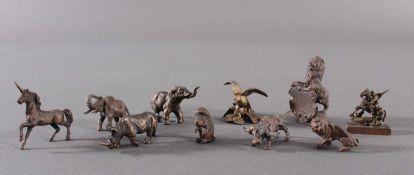 Miniatur Bronzefiguren, 10 Stück1 Löwe mit Wappenschild, ca. Höhe 5 cm. 1 Adler mit ausgebreiteten