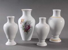 4 Vasen der Manufaktur HöchstWeißporzellan, 1 Vase mit polychromer Blumenbemalung, signiert Kurt