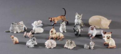 16 diverse Katzenfiguren und 1 FuchsFiguren in verschiedenen Größen und Posen, unterschiedlichen