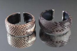 2 breite Schlangenleder-Armbänder mit Sterlingsilber-MonturBreite 2,8 und 3 cm.