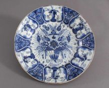 Großer Fayence Teller 18. Jh.Heller Scherben, hellblau glasiert, blaue Blumenbemalung, tief