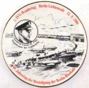 """ERINNERUNGS-WANDTELLER """"40. Jahrestag der Beendigung der Berlin-Blockade"""", weißes Porzellan/"""