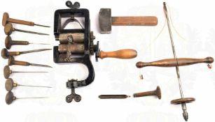 12 WERKZEUGE 1920/1930, Tischwalze, Hammer, Meißel, Handbohrer, Messer m. halbrunden Holzknauf,