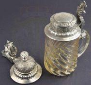 BIERKRUG, 1/2 L., Glas mit schrägen Rillen, gestufter Zinndeckel mit floralen Motiven u.