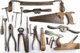 KONVOLUT WERKZEUGE, 16 Teile, dabei: Handsäge, Borkenschäler, Handbohrer, Zangen, Ziehklingen