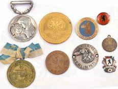 10 ABZEICHEN UND MEDAILLEN, 1. Preis Grüne Woche 1927, vergld.; Schwesternschafts-Abz.,