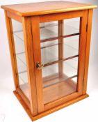 VITRINE, helles Holz, lackiert, Seiten u. abschliessbare Tür m. Glasscheiben, 3 Glas-Einlegeböden,