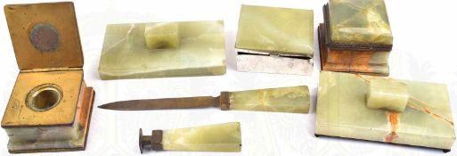 SCHREIBTISCH-GARNITUR, 7 Teile, grüner Marmor?, Messing, Glas, 2 Tintenfäschen, Dose, Siegel,