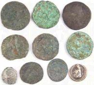 10 KLEINMÜNZEN, gereinigte Bodenfunde, meist römisch, 8 Bronze, 2 Silber, versch. Kaiserportraits,