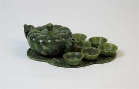 Jade Tee Service 8-tlg., China um 1900Jade, geschnitten. bestehend aus Teekanne, sechsTeeschalen und