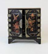 Kabinettschränkchen, Japan 19.Jhdt.Holz mit Schwarzlack und roter sowie goldener Bemalung Maße: