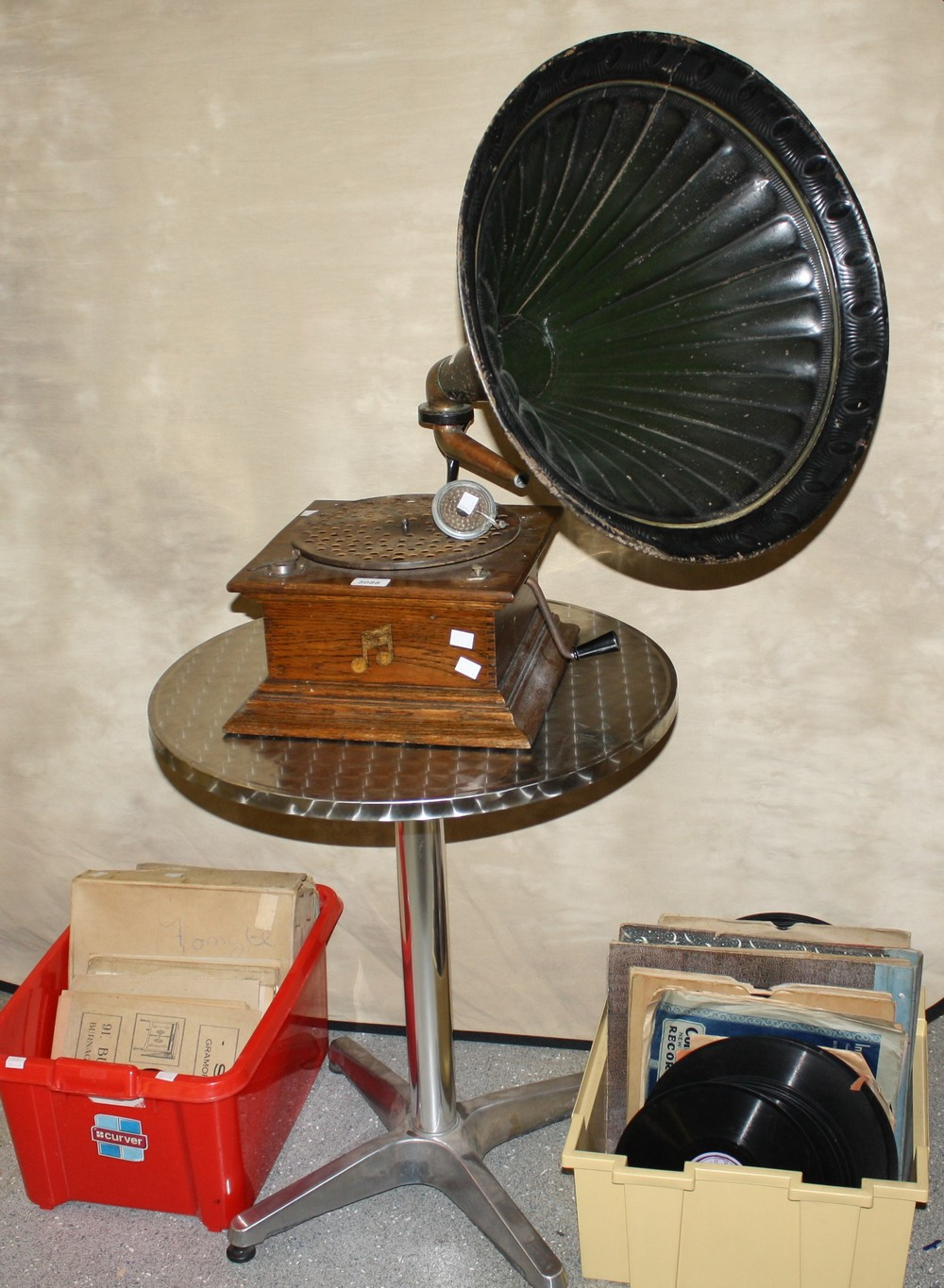 Lot 5088 - An oak cased Columbia Gramophone, with horn, stylus, reproducer, winder,