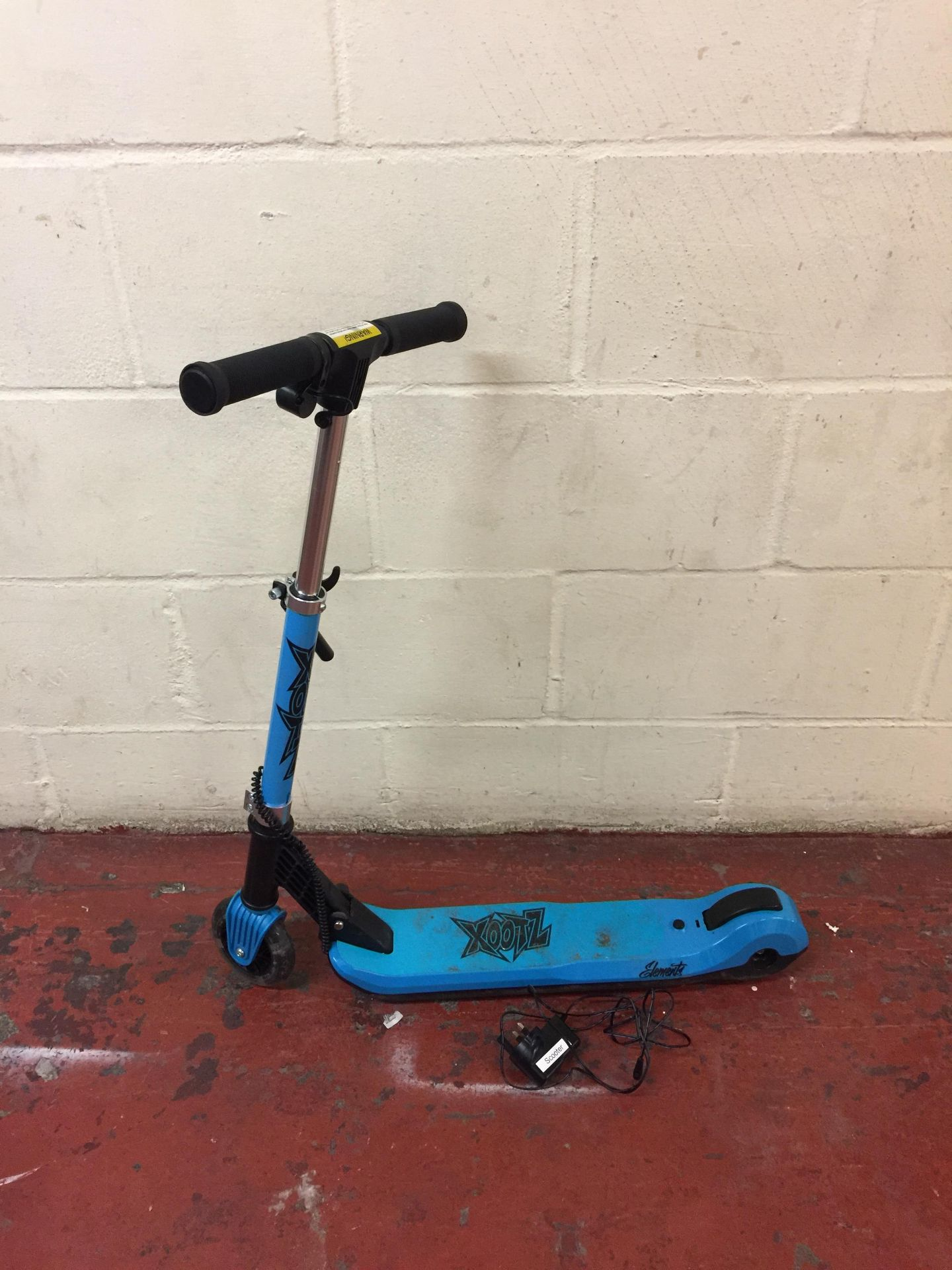 Lot 44 - Xootz Kids Elements Electric Folding Scooter with LED Light Up Wheel RRP £64.99