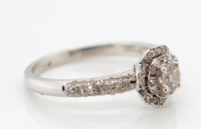 Lot 54 - Diamond and 14ct white gold ring