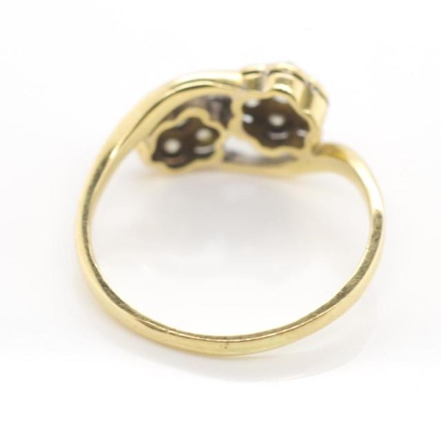 Lot 18 - Antique diamond set yellow gold cluster ring