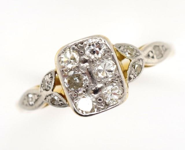Lot 19 - Diamond and gold cluster ring