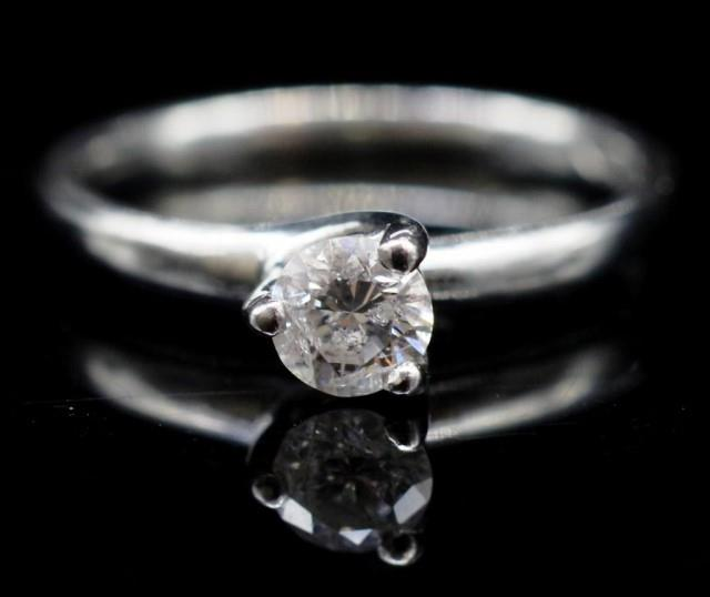 Lot 33 - Diamond solitaire and platinum ring