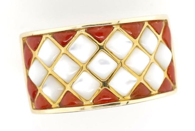 Lot 34 - 14ct gold, carnelian and mother of pearl ring