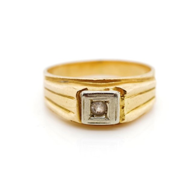 Lot 39 - 18ct yellow gold and white gemstone ring