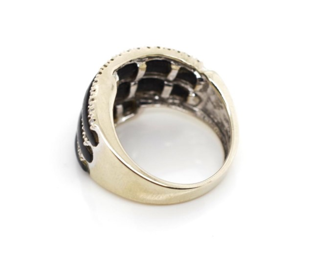 Lot 31 - 18ct white gold, diamond and onyx ring
