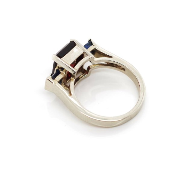 Lot 40 - Garnet and sapphire set 14ct white gold ring