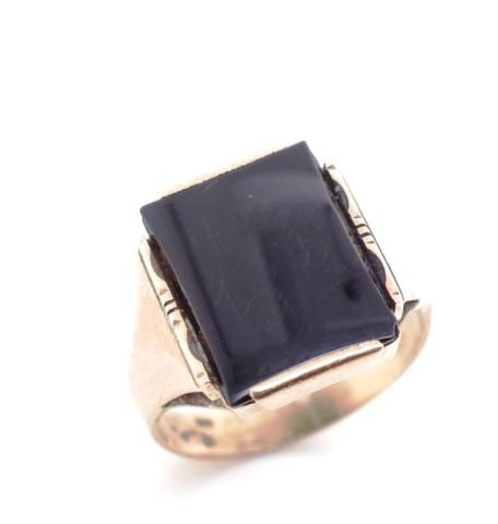 Lot 38 - Mid century onyx & 9ct rose gold ring