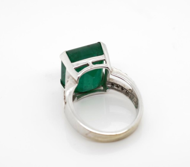 Lot 25 - 15.80ct Emerald set 18ct white gold ring