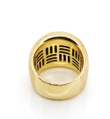 Lot 24 - 18ct yellow gold ring by Jan Logan