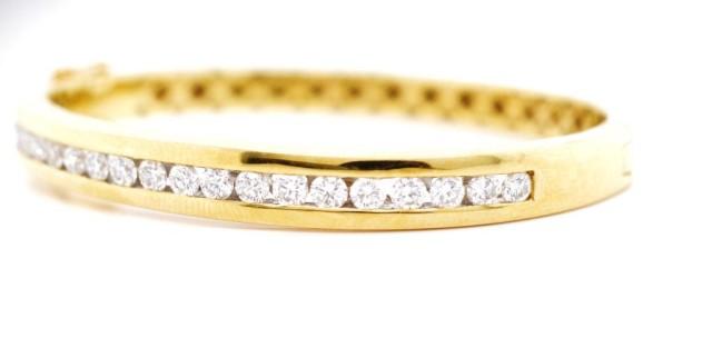 Lot 45 - 2.00ct diamond set 18ct yellow gold bangle