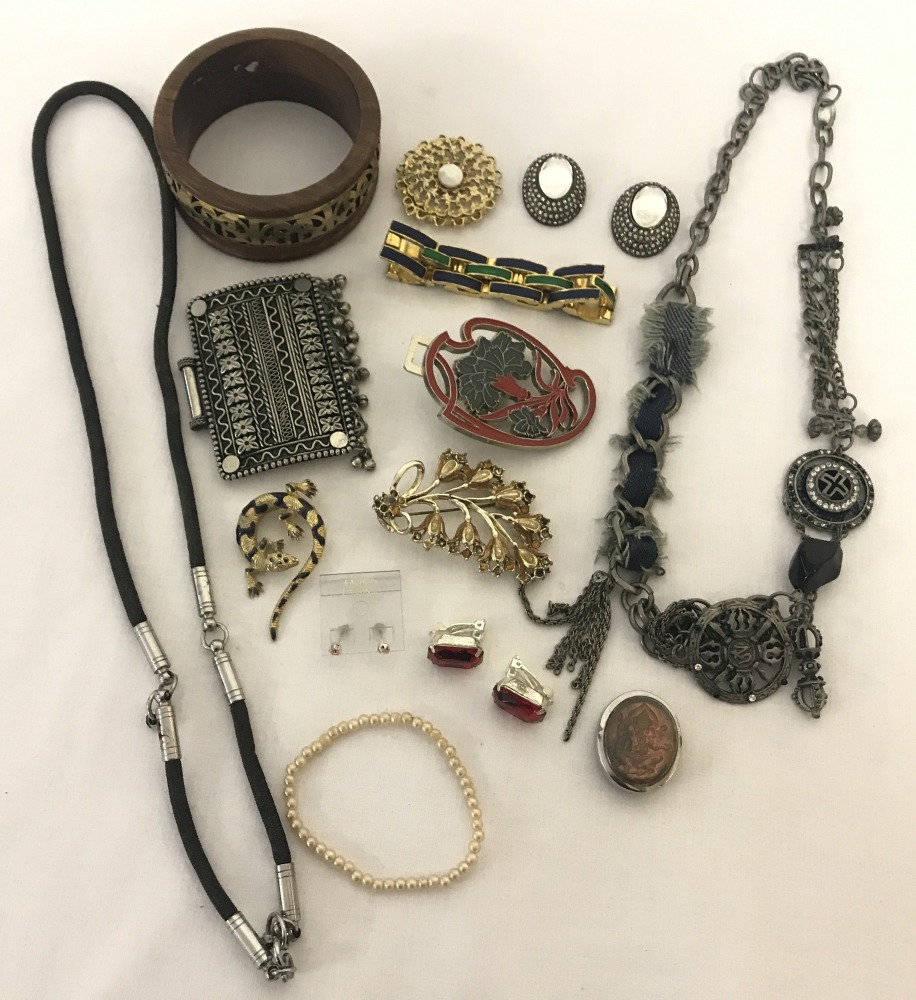 Lot 115 - A small quantity of costume jewellery to include clip on earrings and bracelets.
