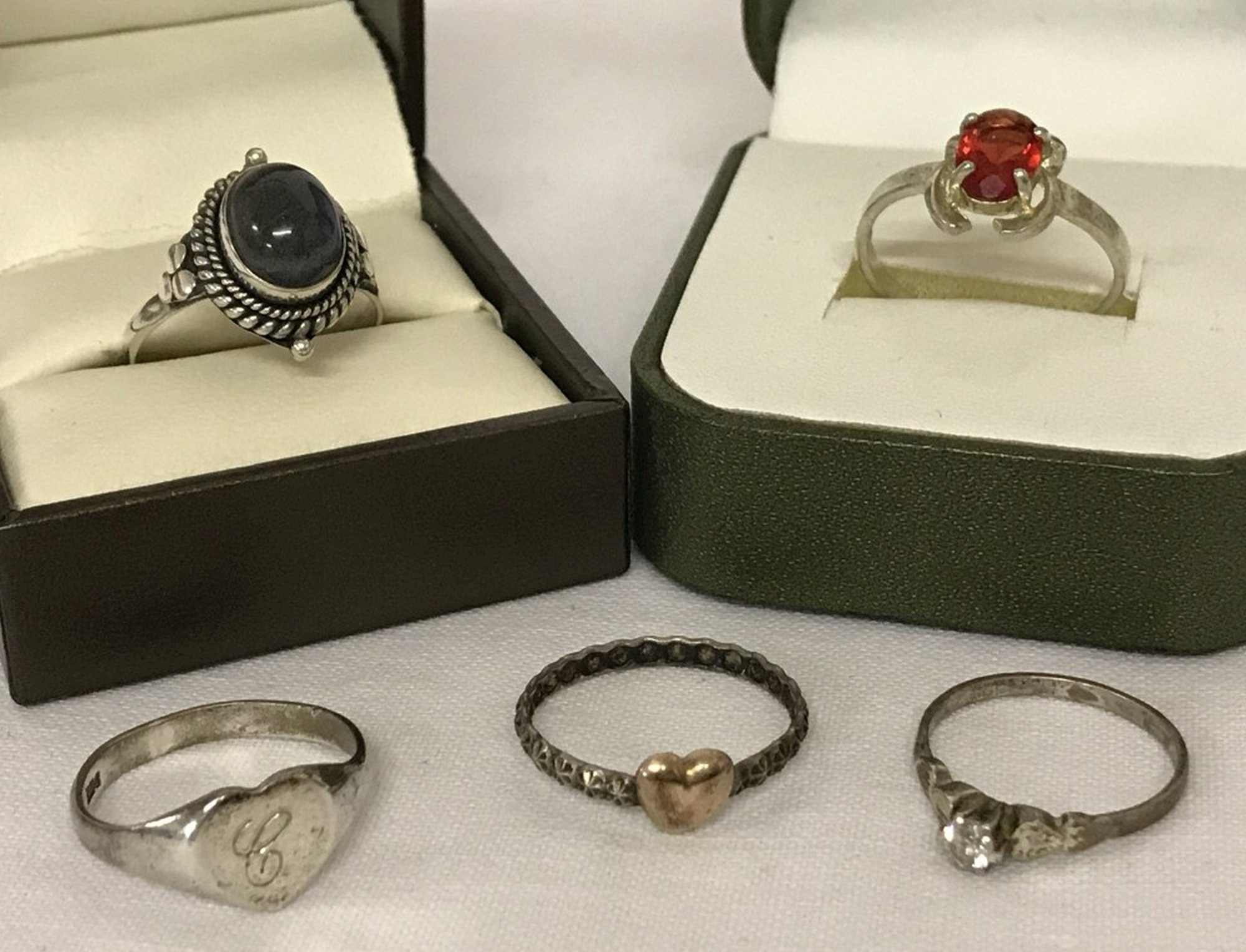 Lot 10 - A collection of 5 silver and white metal dress rings. To include labradorite set ring.