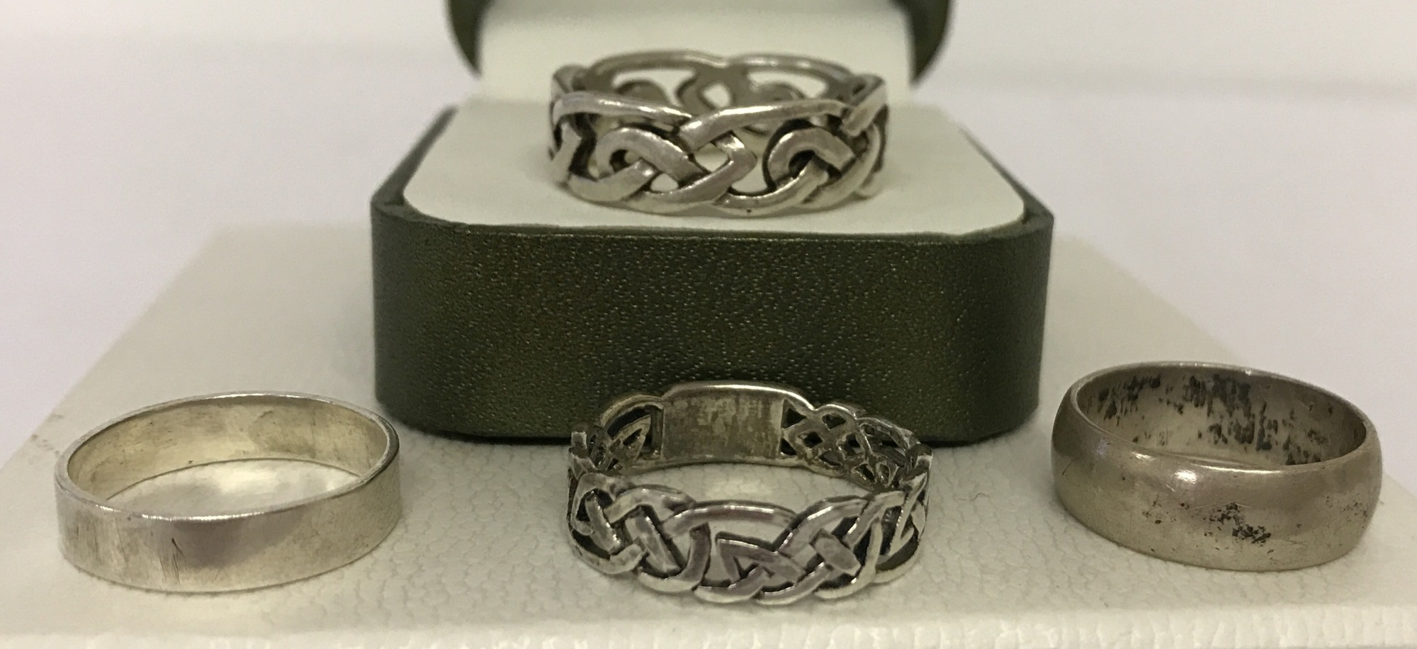 Lot 41 - 4 silver and white metal band rings.