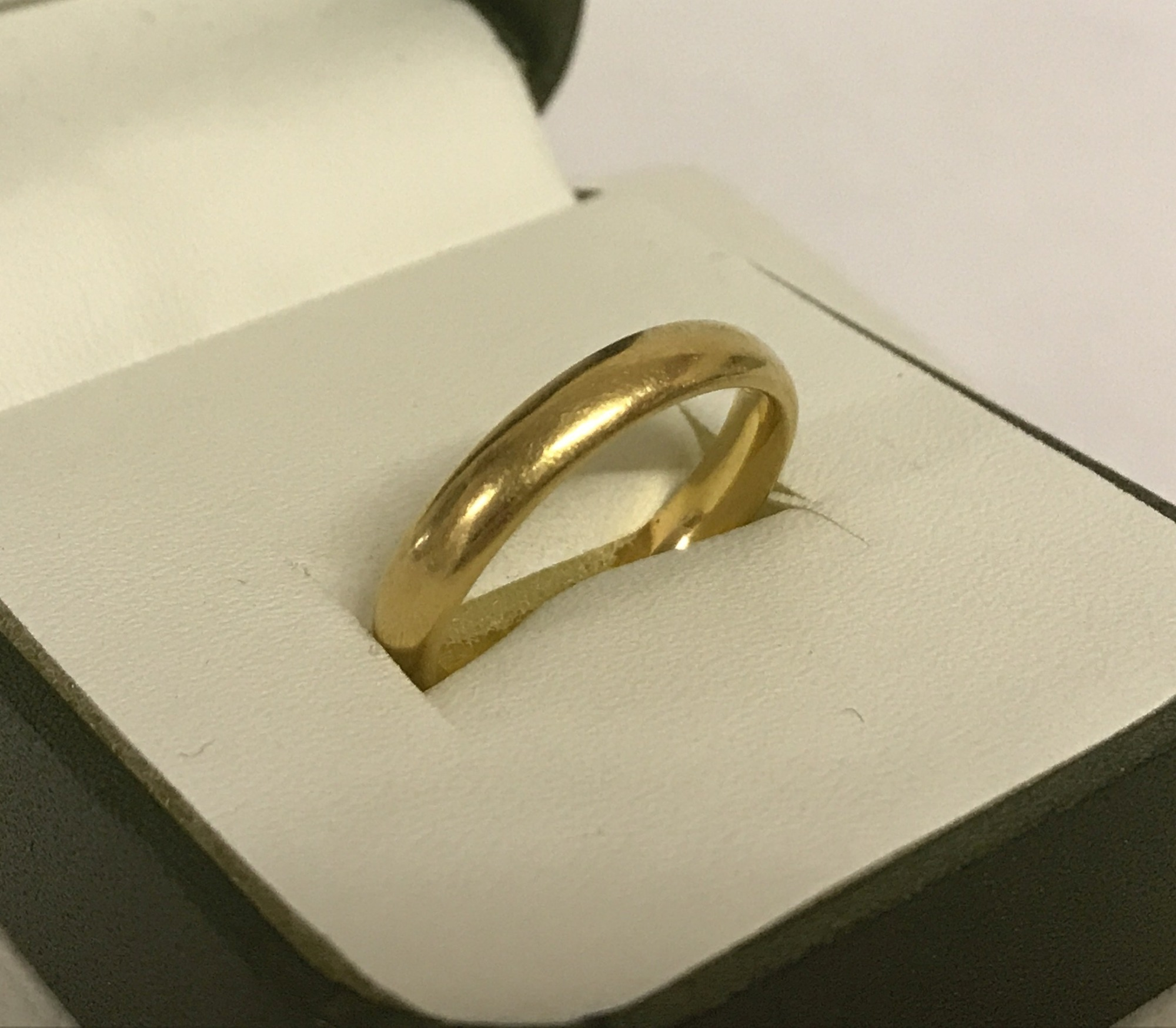 Lot 24 - A vintage 22ct gold wedding band.