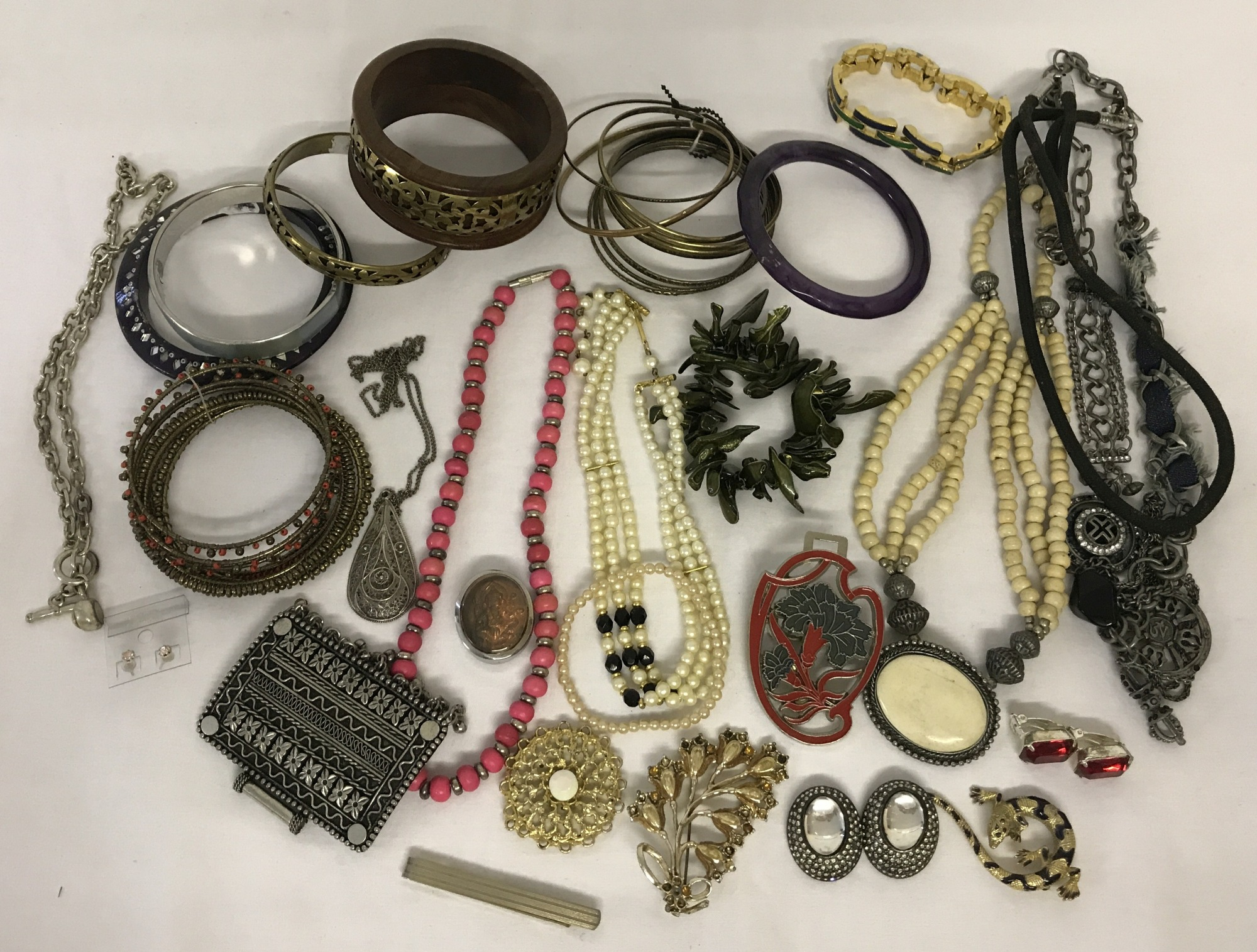 Lot 17 - A collection of vintage and modern costume jewellery bracelets, necklaces and brooches.
