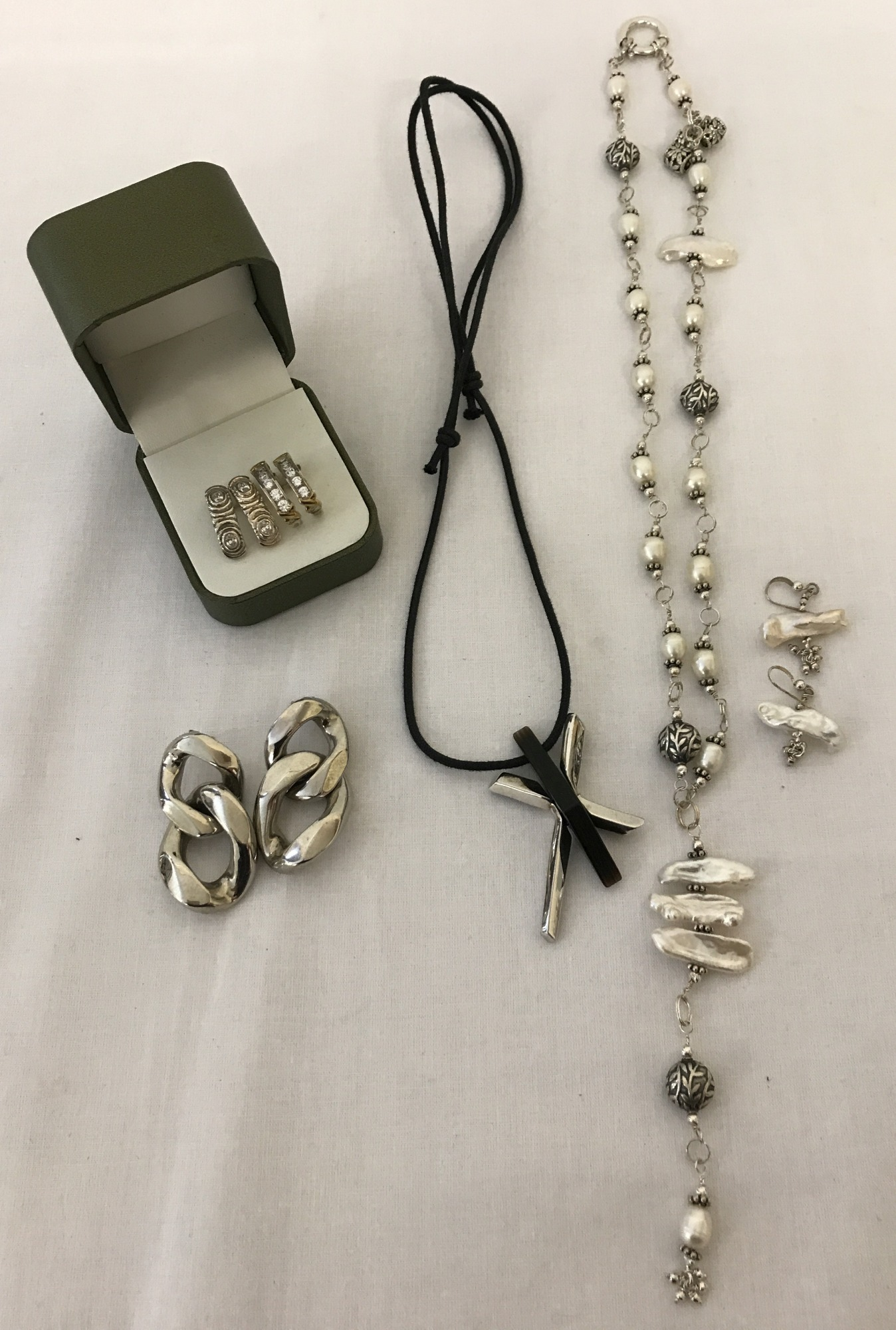 Lot 58 - A small collection of modern jewellery.