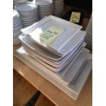 Lot de (16) assiettes carrées