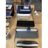 Beaucoup d'accessoires de bureau