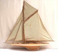 SchiffsmodellModell einer einmastigen Kielyacht. Holz und Leinen. L.112, H.115cm.