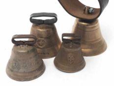 Vier Kuh- oder GeißenglockenMessingguss, mit Klöppeln. Durchm.9, 6, 8 bzw. 7cm.