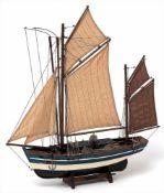 Modell eines FischerbootesHolz, farbig bemalt. H.56, L.52cm.