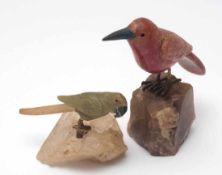 Zwei Halbedelstein-VögelAuf naturalistischem Sockel. Rhodochrosit, Jade etc. Einer geklebt mit
