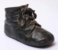 Bronzierter BabyschuhAus einem Schnürstiefelchen des ausgehenden 19.Jhdts. gefertigt. Leder,