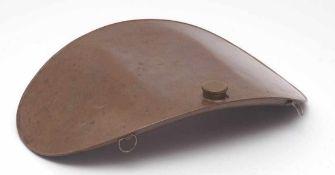 WärmflascheGebogener, ovaler Korpus aus Kupferblech. B.30cm.