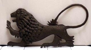 WandapplikeIn Form eines schreitenden Löwen. Getriebenes Metallblech. 65x126cm.