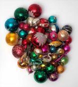 Großes Konvolut WeihnachtsschmuckCa. 50 Teile. Vögel, Trompeten, Nüsse, Kugeln etc. Teilweise 19.