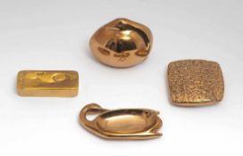 Vier Museumsrepliken, ParisBronze. Zwei Schwäne, ein Fußabdruck auf Barren und mesopotamische(?)
